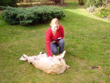 Monika co prawda woli koty ale jak przyszło do głaskania to i pieskiem nie pogardziła :)